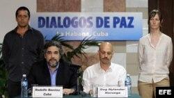 Rodolfo Benítez (c-i) de Cuba y Dag Nylander (c-d) de Noruega, representantes de los países garantes del proceso de paz colombiano, hablan a la prensa en La Habana (27 de mayo, 2015).