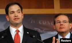 Marco Rubio (i) y Bob Menendez prometen una fuerte batalla en la confirmación de un embajador para Cuba.
