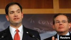 Los senadores cubanoamaericanos Robert Menendez (D-NJ) y Marco Rubio (R-FL)
