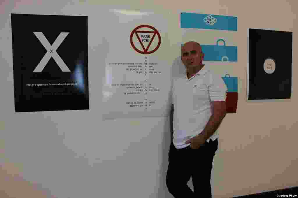 Francis Sánchez, escritor, con uno de sus poemas visuales.