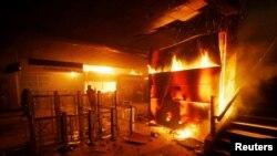 Una estación de metro incendiada en Santiago de Chile. REUTERS/Ramon Monroy