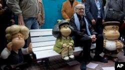 """Joaquín Salvador Lavado, más conocido como """"Quino"""", posa con estatuas de personajes que creó para su tira de """"Mafalda""""."""