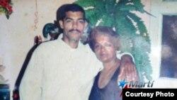 Antonio Leyva Tejeda, junto a su madre Aurora Rodríguez. Cortesía de la entrevistada.