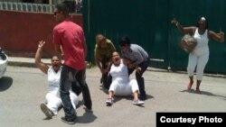 Cada domingo, las autoridades arrestan a las Damas de Blanco cuando intentan salir a manifestarse. (Archivo)