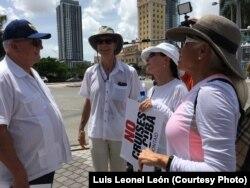 El embajador Otto Reich en la protesta de este sábado
