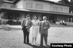 El dictador Fulgencio Batista, en unión de su esposa y su primogénito en la finca Kukine. Foto de 1958.