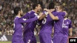 Los jugadores del Real Madrid celebran el primer gol del equipo madridista.