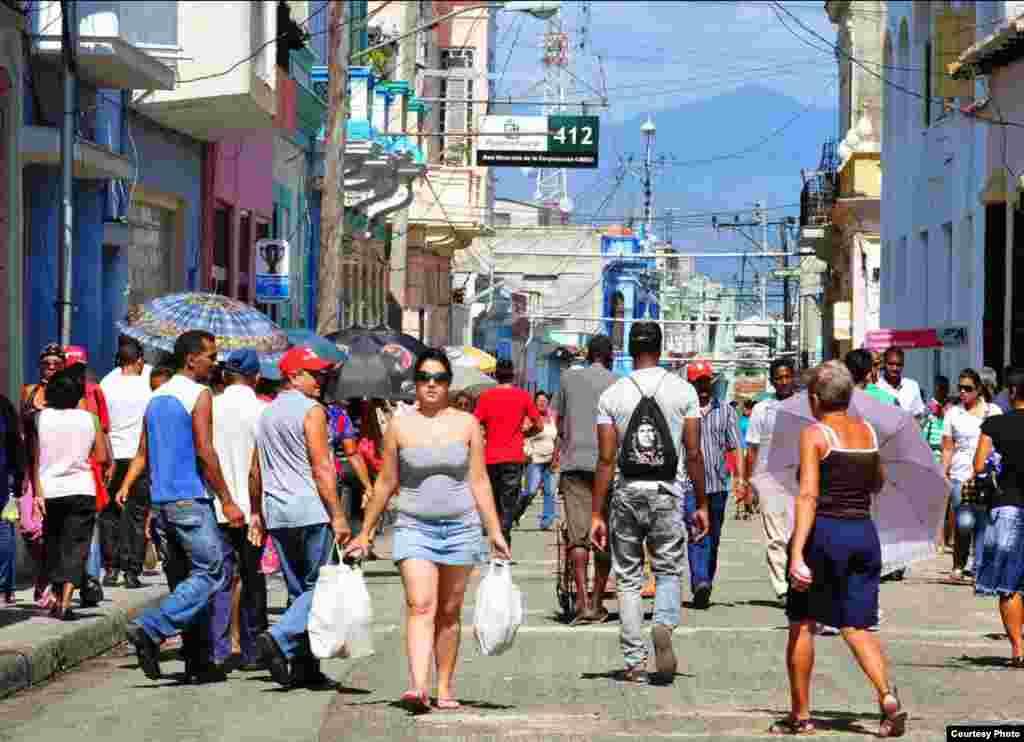 Calle Enramadas, principal arteria comercial de Santiago de Cuba.