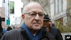 El abogado Alan Dershowitz abandona la corte federal en Nueva York en diciembre del 2019. (Foto AP)