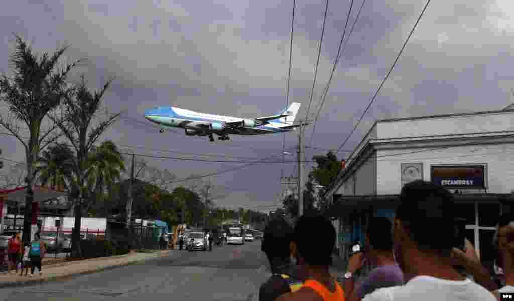 Un grupo de cubanos observa el paso del Air Force One, el avión presidencial estadounidense, sobre la localidad de Santiago de las Vegas.