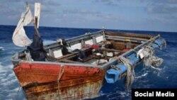 La embarcación en la que viajaban los 13 cubanos. (Facebook/U.S Coast Guard Southeast)