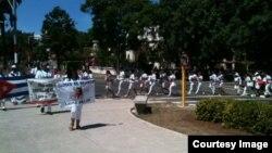 Damas de Blanco en su caminata dominical
