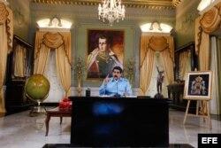 Maduro posa en su despacho de Miraflores.