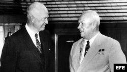 Dwight Eisenhower (i) y el primer ministro ruso, Nikita Kruschev.