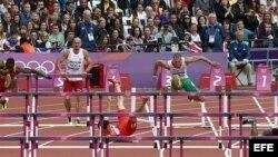 El chino Xiang Liu (c) y el barbadense Shane Brathwaite caen al suelo en la serie clasificatoria de los 110m vallas, en los Juegos Olímpicos de Londres hoy, 7 de agosto de 2012. EFE/Alberto Estévez