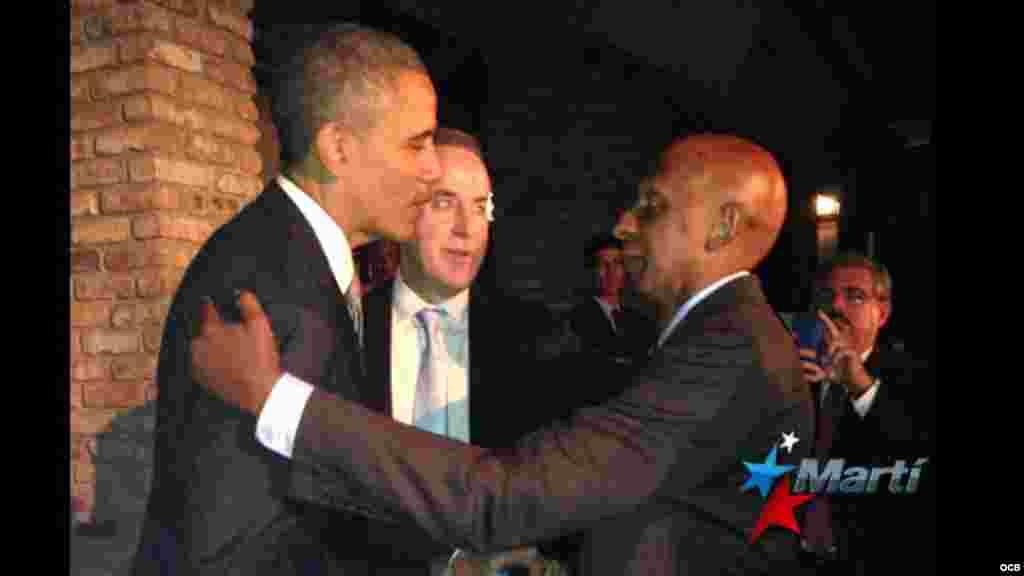 Momento en que el presidente Barack Obama saluda al disidente Guillermo Fariñas