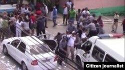 Arrestos en la sede de las Damas de Blanco en Lawton el pasado 10 de abril: (Foto Angel Moya)