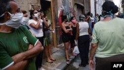 Una cola para comprar alimentos en La Habana durante la pandemia. YAMIL LAGE / AFP