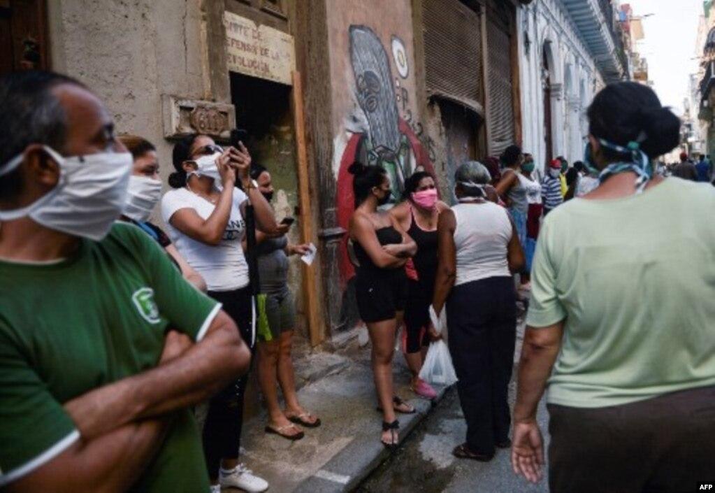 Schlange stehen mit Maske beim Kauf von Lebensmitteln in Havanna während der Pandemie. | Bildquelle: Radio Televisión Martí | Bilder sind in der Regel urheberrechtlich geschützt