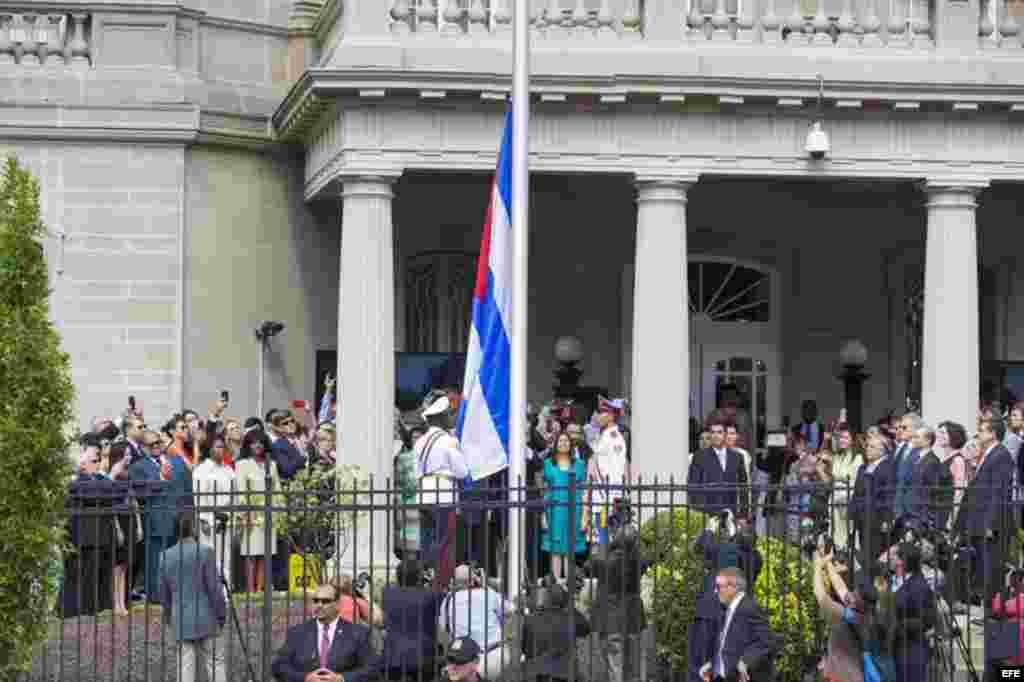 Vista de la bandera cubana izada en la que será la embajada del país en Washington,