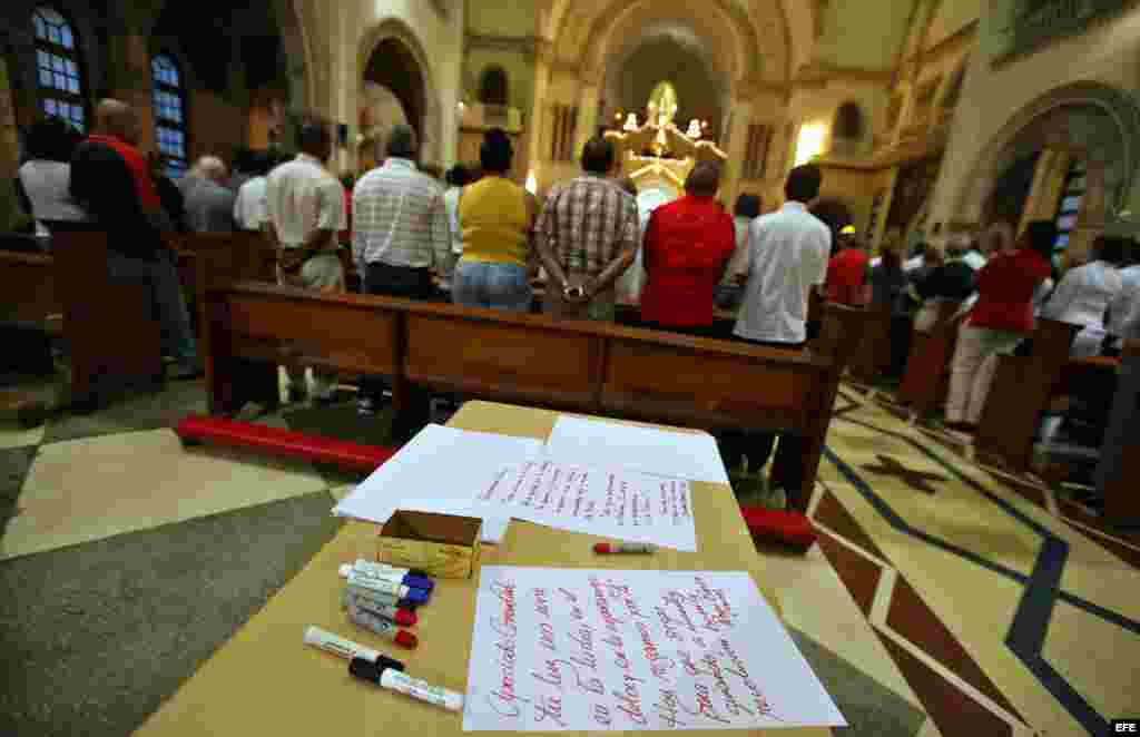 Vista de varios mensajes para el presidente de Venezuela, Hugo Chávez en la iglesia Jesús de Miramar, en La Habana (Cuba).