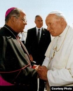 Pedro Meurice, arzobispo de Santiago de Cuba y el papa Juan Pablo II (i-d).