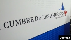 El presidente de Panamá, Juan Carlos Varela (d), realiza una visita al centro de convenciones donde se realizará la VII Cumbre de las Américas .