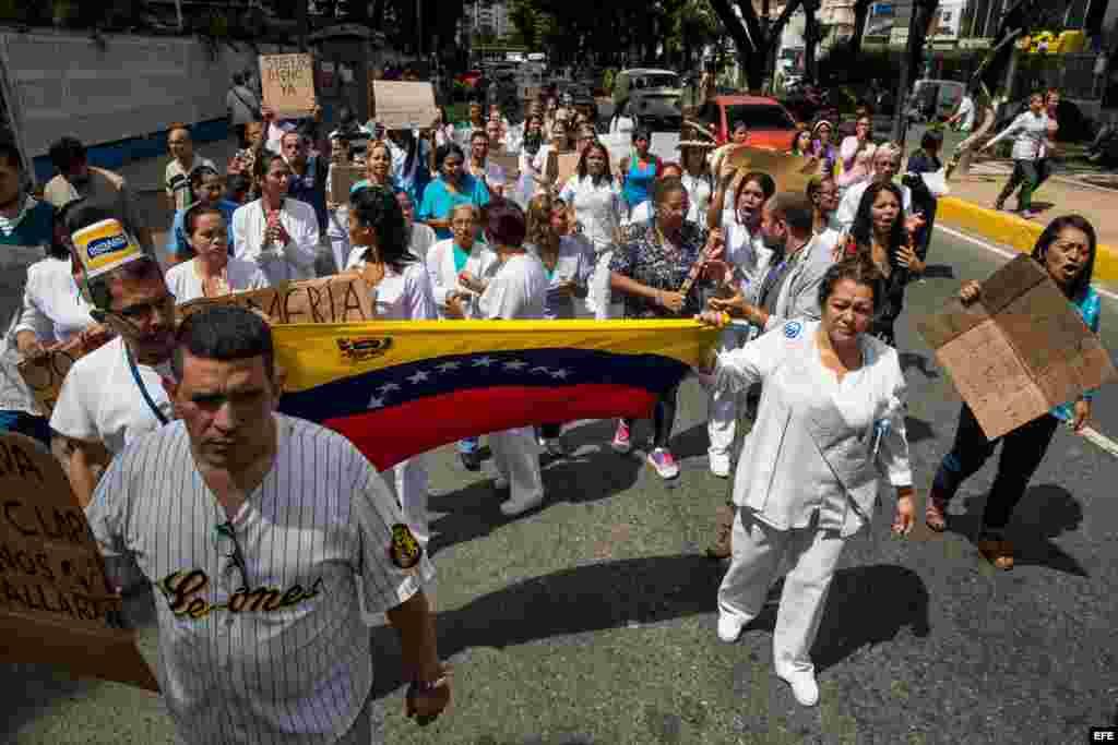 Trabajadores de salud siguen en protestas pese a anuncios de Maduro
