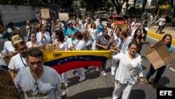 """""""No nos alcanza ni para comer"""" reclaman médicos en Venezuela"""