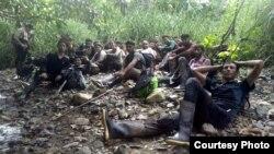 Grupo de migrantes en la selva.