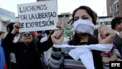 ARCHIVO. Manifestantes se concentran para protestar pacíficamente por la libertad de expresión en Ecuador.