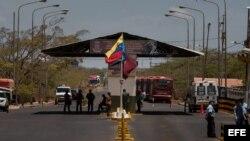 Miembros de la Fuerza Armada Nacional Bolivariana custodian la aduana entre Venezuela y Colombia en Paraguachón.