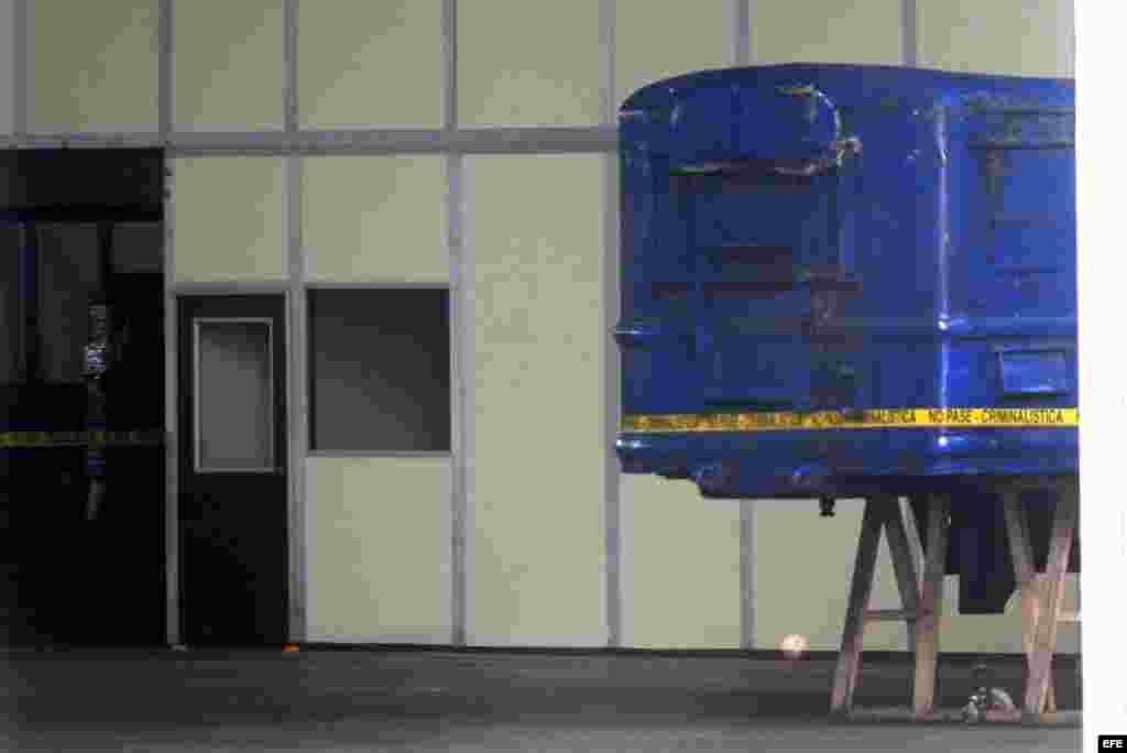 Vista parcial de un vehículo para el control y lanzamiento de misiles encontrado en el buque norcoreano Chong Chon Gang hoy, martes 13 de agosto de 2013, en al antigua base aérea de Howard, en el pacifico panameño. Una misión de la ONU inició hoy la inspe