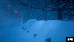 Los espejos laterales de estos autos es todo lo que quedó al descubierto tras la intensa nevada. EFE