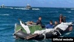 Estos cinco cubanos navegaron durante 16 días en una balsa improvisada hasta llegar a costas de EEUU. (Foto: Distrito 7 de la Guardia Costera)