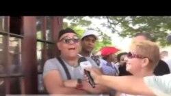 Cubanos esperan la llegada del crucero Adonia en el puerto de La Habana