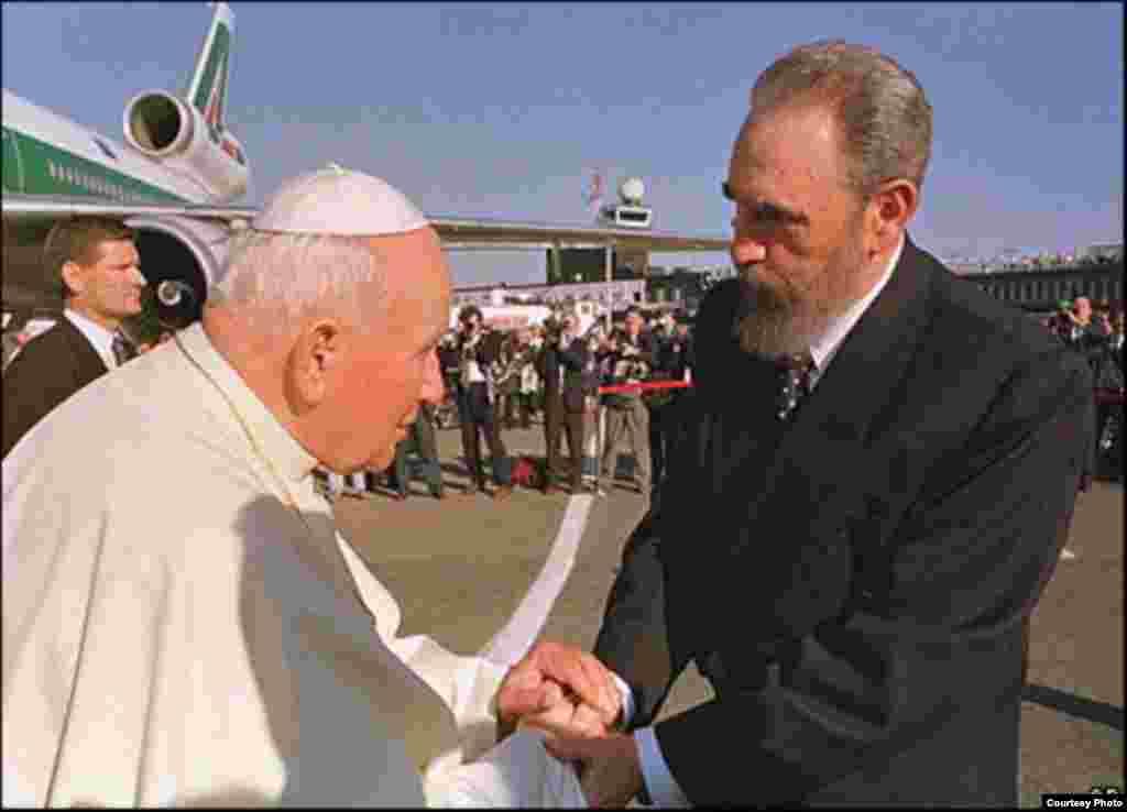 Fidel Castro y el papa Juan Pablo II durante la visita del Pontífice a Cuba en 1998.