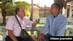 Ernesto Díaz (i) entrevista a David Piloto.