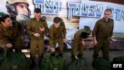 Archivo. Soldados israelíes ingresan en el ejército en la base militar de Tel Hashomer, cerca de Tel Aviv (Israel).