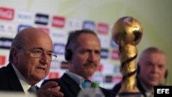 El presidente de FIFA, Joseph Blatter (i), habla durante una rueda de prensa acerca de la Copa Confederaciones junto al ministro de Deportes brasileño, Aldo Rebelo (c), y al presidente de la Confederación Brasileña de Fútbol (CBF), José María Marín (d).