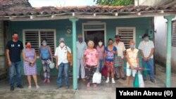 Un grupo de ancianos en Falcón, Villa Clara, recibiendo ayuda de exiliados cubanos, una iniciativa de la cubano-siria emigrada, Nayua Haddad.