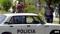 Policías bloquean las calles de acceso al Tribunal Municipal de 10 de Octubre, durante los juicios contra 76 disidentes políticos. Foto: Archivo.