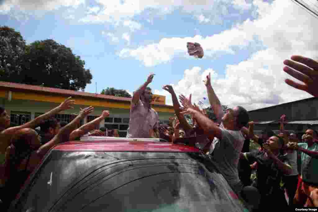 En el puesto de frontera de Paso Canoas, un grupo de cubanos bloquea el paso, en protesta porque no los dejan pasar a Nicaragua. (Foto cortesía de La Nación/Alonso Tenorio)