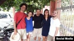 De izquierda a derecha, Boris González Arenas, Omara Ruiz Urquiola, Oscar Casanella, Iliana Hernández y Adonis Milán en otra foto tomada de Facebook.