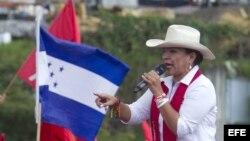 La esposa del expresidente hondureño Manuel Zelaya, Xiomara Castro, candidata del partido Libertad y Refundación (Libre), habla durante una campaña politica previo a las elecciones presidenciales.