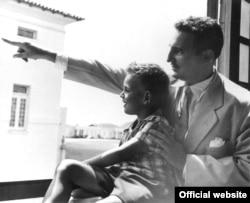 Fidel Castro y su hijo Fidel Angel en el Presidio Modelo de Isla de Pinos, en otra imagen del sitio oficial fidelcastro.cu.