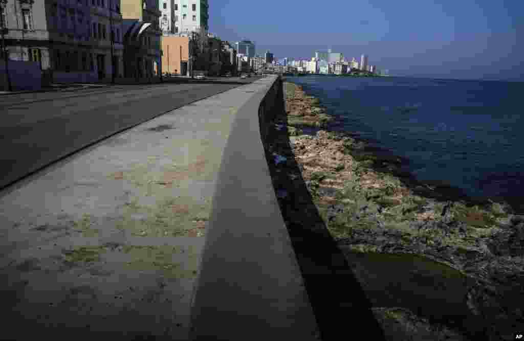 Ni una persona recorre el malecón de La Habana el 2 de marzo del 2021. En tiempos normales hay numerosos turistas en la zona, pero la pandemia del coronavirus paralizó el turismo en el Caribe, asestando un duro golpe a las economías isleñas. (AP Photo/Ramón Espinosa)