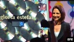 La reconocida cantante cubana Gloria Estefan saluda a los asistentes durante una sesión de la Conferencia Latin Billboard en Miami, Florida (EEUU)