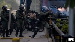 Un agente se enfrenta con manifestantes hoy, miércoles 19 de abril de 2017, en Caracas (Venezuela).