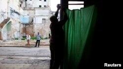 Un hombre prepara un colegio electoral en Cuba.